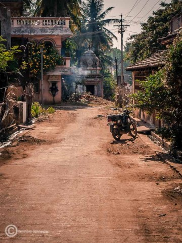 Mit einem Bike unterwegs auf roter Erde