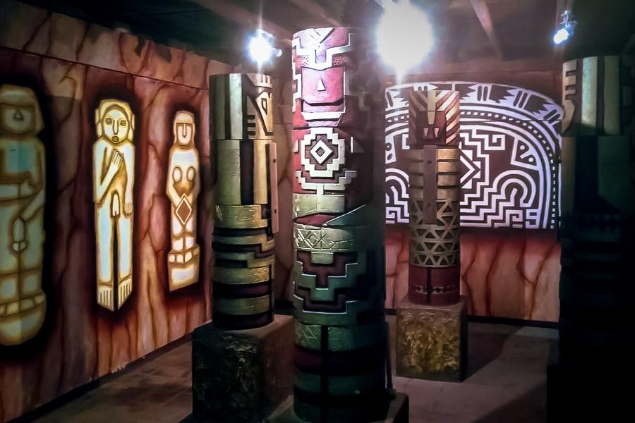 Der Schamanenraum im Museo Phi im Freizeitpark Garza Roja bei Guayaquil. Der Park gehört dem Millionär und Freigeist Don Ramon. Das Museo Phi ist ein wunderbares Philosophie-Museum.