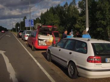 Vier alte Autos auf dem Weg nach Osten.