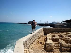 Es geht entlang am Wasser (und rechts Ausgrabungen).