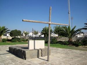 """Grab von Nikos Kazantzakis mit der Inschrift: """"Ich erhoffe nichts. Ich fürchte nichts. Ich bin frei."""""""