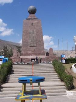 Das offizielle Äquator-Denkmal in Mitad del Mundo