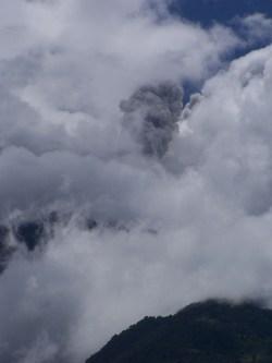 Graue Eruptionswolke über dem Tungurahua