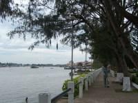 Der Park am Flussufer