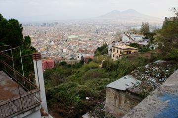 Neapel von oben. Mit Vesuv.