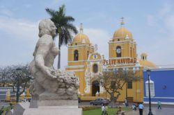 Kirche an der plaza de armas in Trujillo
