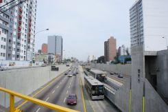 Metropolitano - der Schnellbus auf der Stadtautobahn in Lima