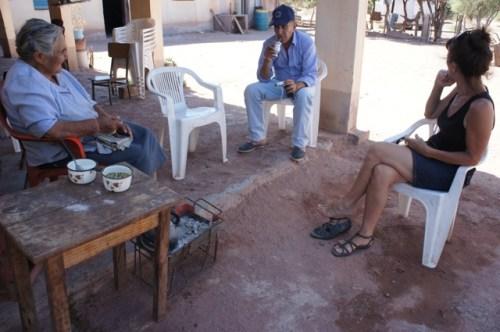 Die Mutter, Luis und Chantal beim Mate-Trinken