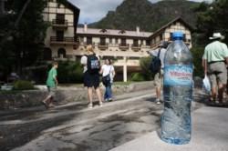 Das berühmte Hotel in echt und auf der Wasserflasche