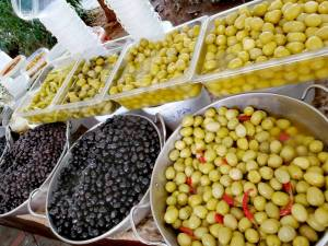 Frische Oliven gibt es auf dem Markt.