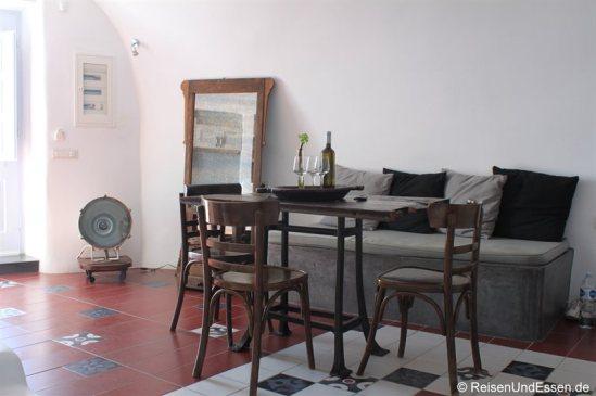 Esstisch und Sofa im Wohnbereich in der White Pearl Villa