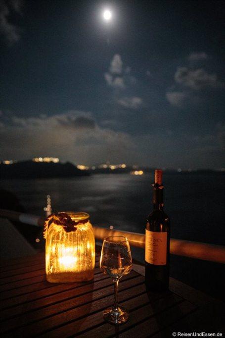 Abendstimmung mit Wein auf der Terrasse in der White Pearl Villa