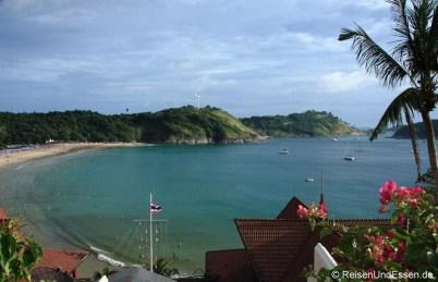 Blick auf Nai Harn Bucht