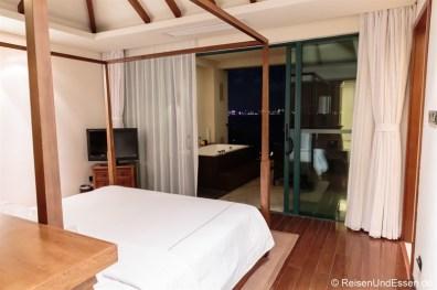 Schlafzimmer und Balkon in der Suite