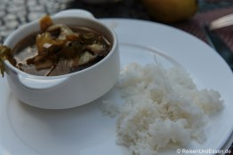 Reis und Suppe zum Frühstück