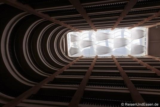 Blick nach oben in die verschiedenen Stockwerke