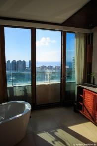 Badewanne und Blick auf die Bucht von Xioa Dadonghai