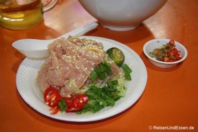 Roher Fisch mit Chili im Maxwell Food Center
