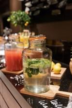 Frisches Wasser mit Minze und Zitrone