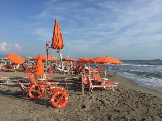 An der Marina di Massa reichen die Strandliegen bis zum Wasser herunter