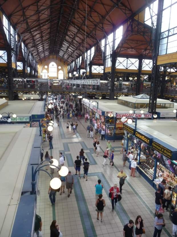 Blick längs durch die Große Markthalle Budapest