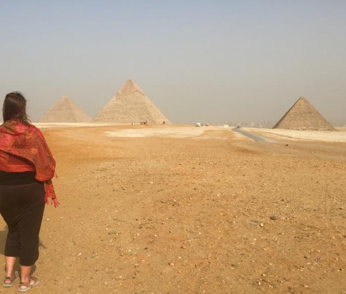 De pyramides van Gizeh met op de achtergrond Caïro stad