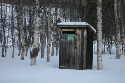 Outhouse in sneeuw