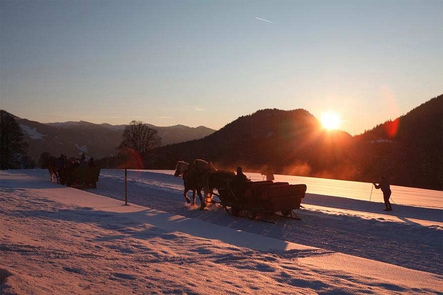 Romantisch paardrijden bij zonsondergang.