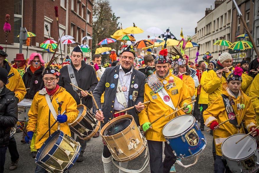 Carnaval in Duinkerke betekent veel volk, muziek en kleur in het straatbeeld. © bobostudio 2013