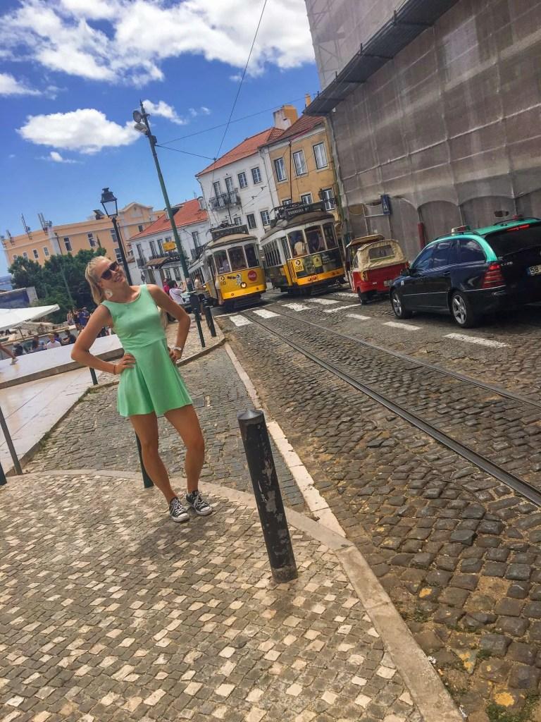 de gele tram in de straten van Lissabon