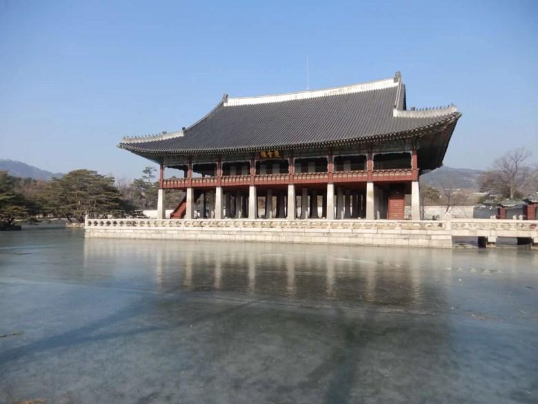 is het belangrijkste paleis uit de Joseondynastie en is gebouwd in 1395. Dit paleis is