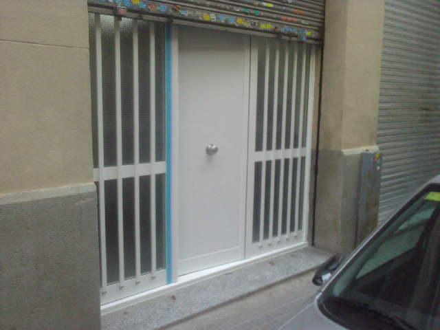 Cambio acceso de madera por puerta de aluminio
