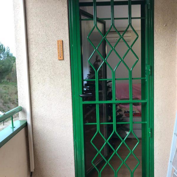 Instalación 3 rejas practicables verdes en Montcada i Reixac (Vecino 1) (3)