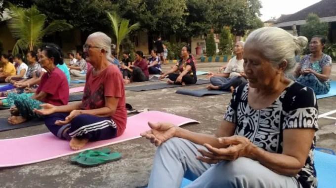 manfaat yoga untuk lansia
