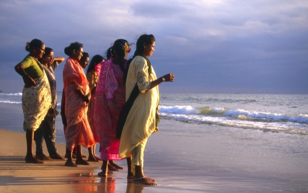 Inde - Goa en Inde, plage de Calangute, femmes - voyage
