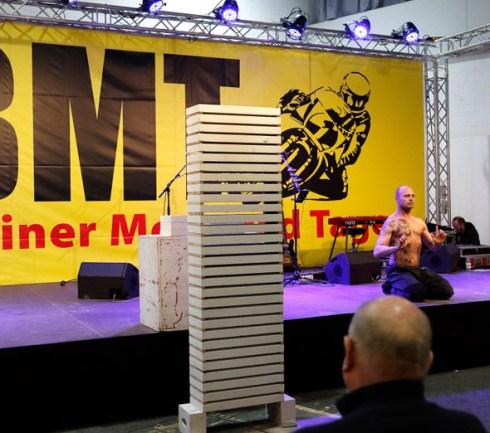 RID-rekord-groesster-mit-kopf-zerbrochener-zementsteinstapel1