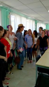 La Infanta Elena conversando con las mujeres costureras