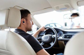 relatiegeschenk autolader en draadloze in-ear carkit koptelefoon