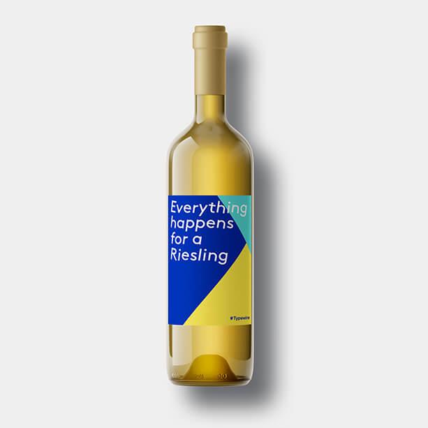 fles wijn eigen etiket relatiegeschenk label tekst everything happens for a riesling