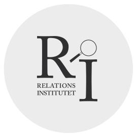 Bokstäverna R och I med förstoringsglas