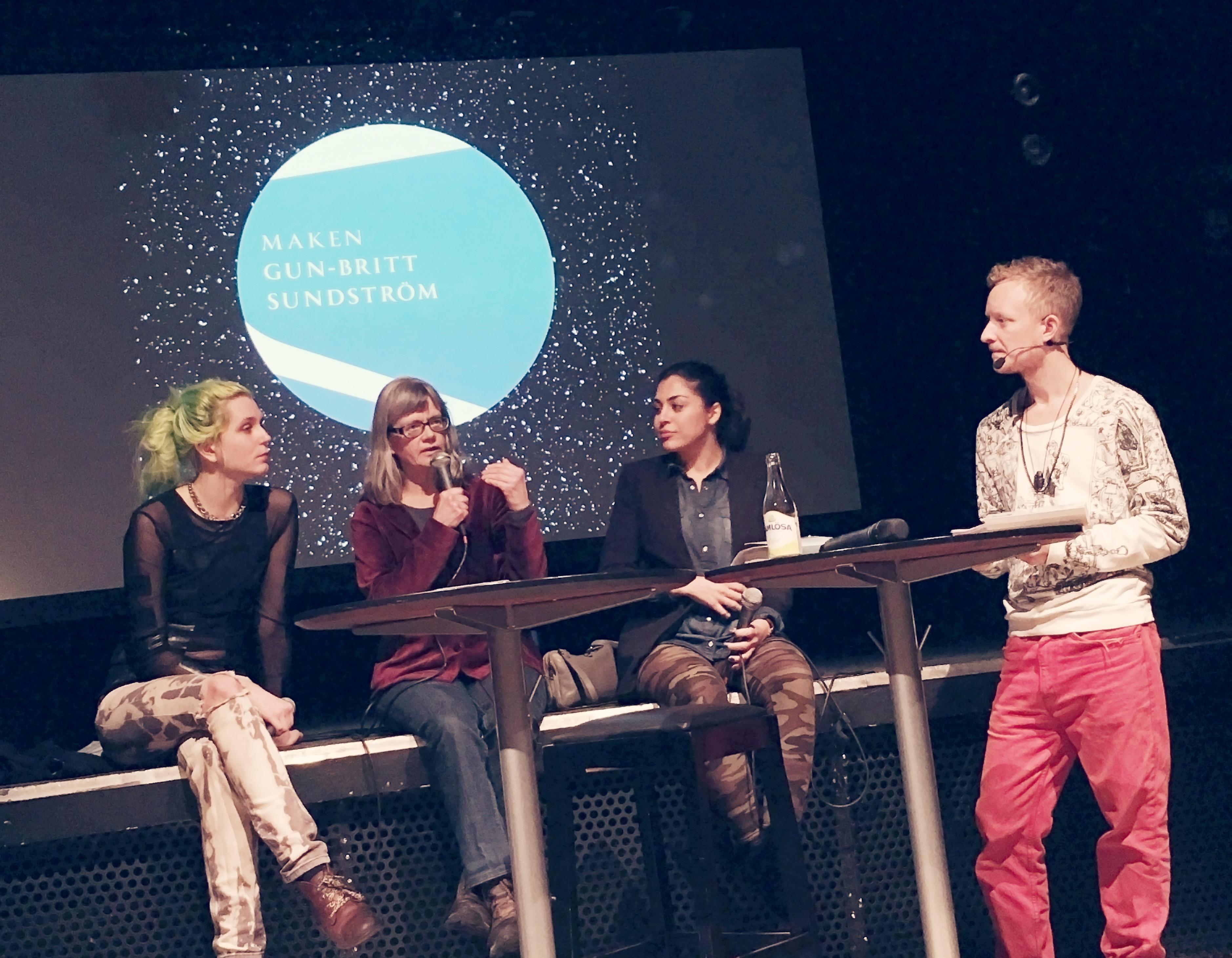 "Ziggi Askaner, Ninni Holmqvist, Mona Masri, Simon Ceder på scen med backdrop ""Maken"""
