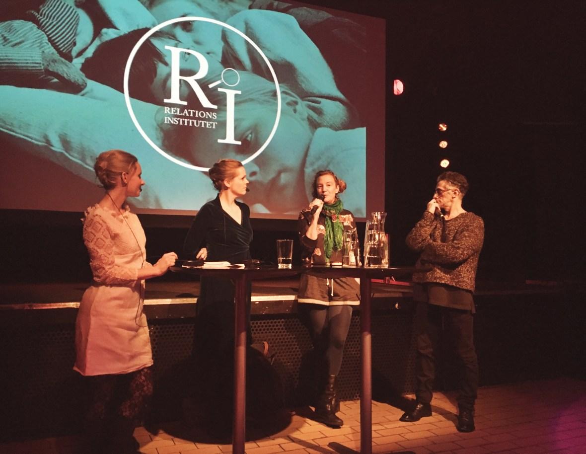 fyra personer på scen med bakgrundsbild på fanny och alex