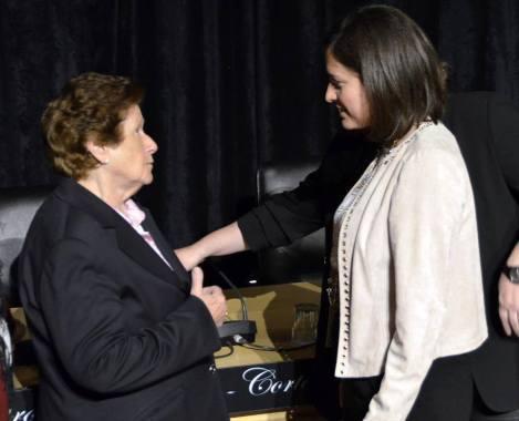 Elena, una de las protagonistas del documental siendo felicitada por Patricia Cavada