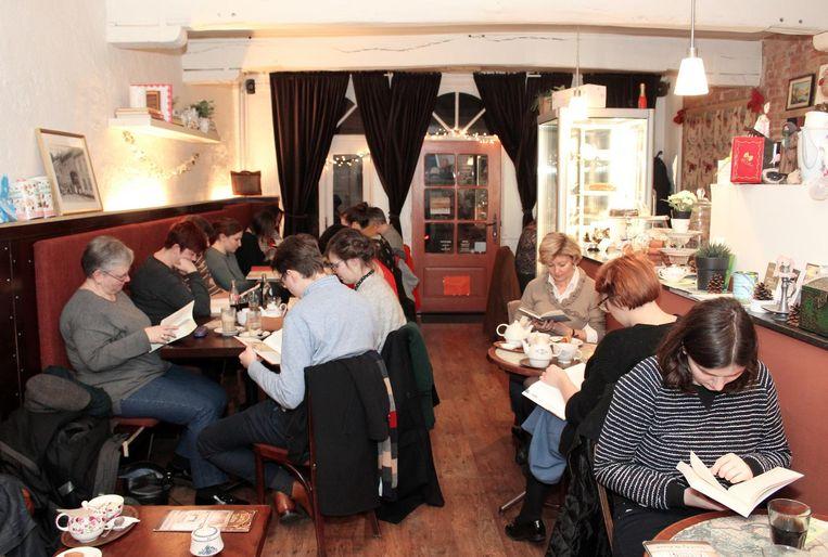 Foto: Karolien Coenen. Club de lectura lenta Leesclub en un café.