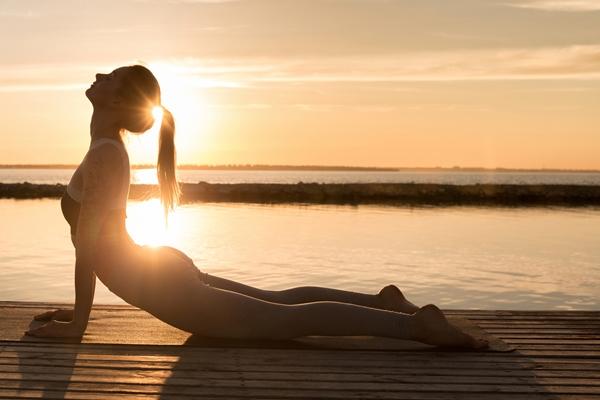 Quelle posture de yoga pour soulager les maux de ventre