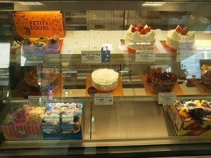 ショーケースにホールケーキが並ぶ写真