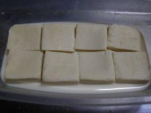 切った高野豆腐を豆乳に漬ける