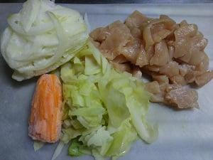 鶏肉と人参と玉ねぎときゃべつを切った画像