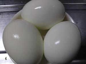 殻がキレイに取れたゆで卵の写真