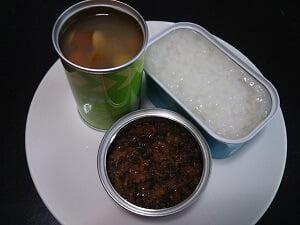 おかゆと鶏そぼろとウインナーと野菜のスープ煮の写真